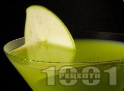 Ябълково Мартини (Apple Martini) с джин, вермут и сок от ябълка - снимка на рецептата